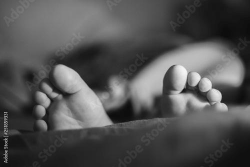 Fotografie, Obraz  dziecko, stopy, stópki, monochromatycznie, czarno-białe, black&white