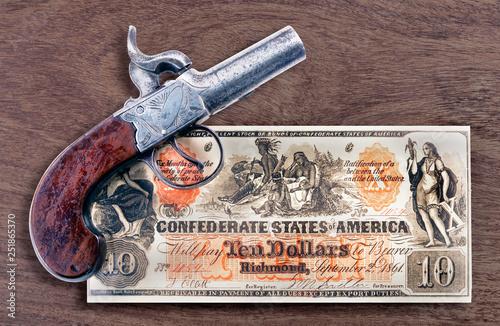 Fotografía  Antique Pistol and Confederate Money.