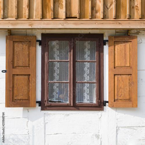 stare okno z drewnianymi okiennicami Wall mural