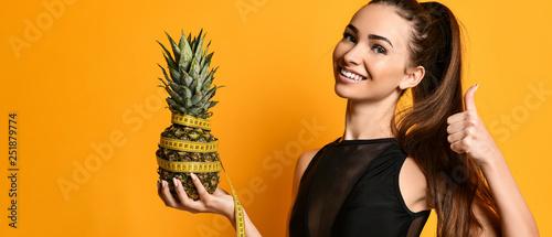 Fotografia  Sporty woman waist with measure tape and pineapple