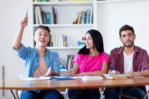 Photo Schüler meldet sich im Unterricht