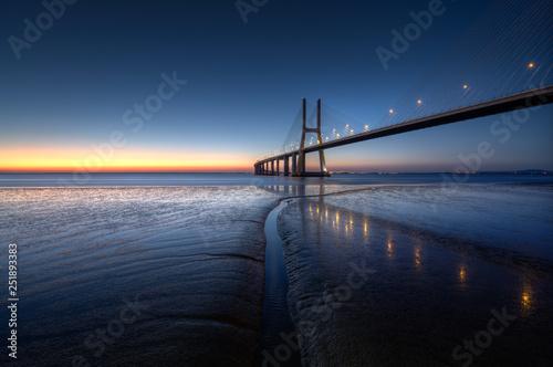 Spokojna atmosfera w Vasco da Gama Bridge w Lizbonie podczas wschodu słońca. Ponte Vasco de Gama, Lizbona, Portugalia