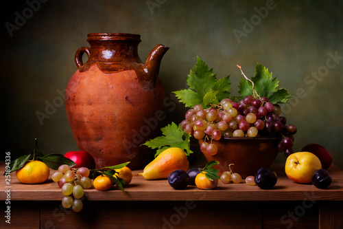 Fotografía Still life with grapes, pears and plums