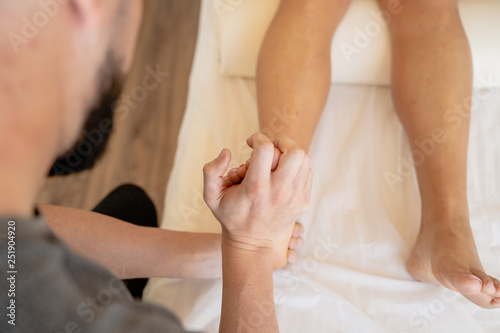 Photo Fisioterapeuta tratando molestias de un tobillo