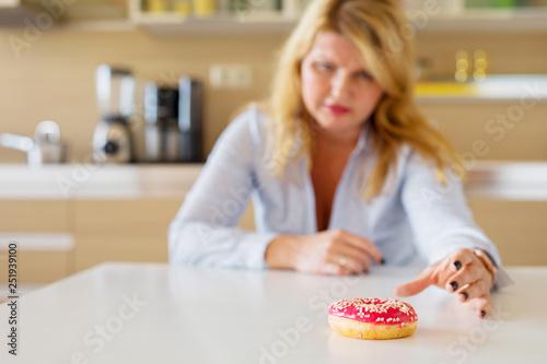 Foto Woman having sugar cravings