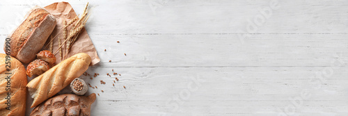 Photo sur Aluminium Boulangerie Different bakery products on wooden background