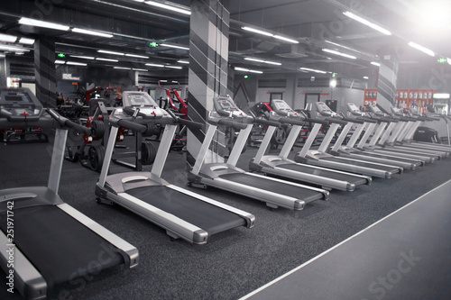 Photo Modern equipment in new gym indoors