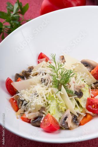 Fotografía  Classic caesar salad with parmesan cheese