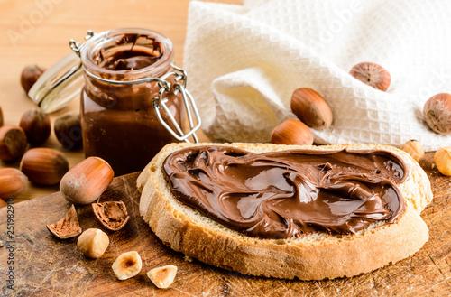 Obraz Crema di nocciola su fetta di pane - fototapety do salonu