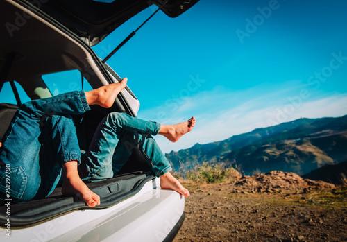 dzieci odpoczywają podczas podróży samochodem w przyrodzie, rodzinne wakacje w górach