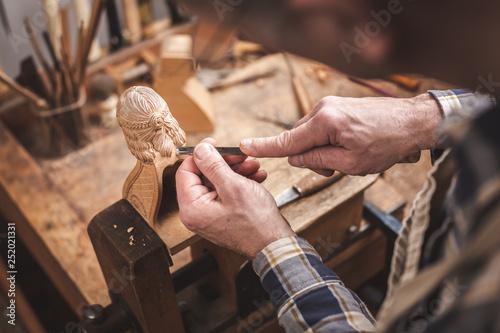 Photo Holzbildhauer beim Schnitzen einer Figur