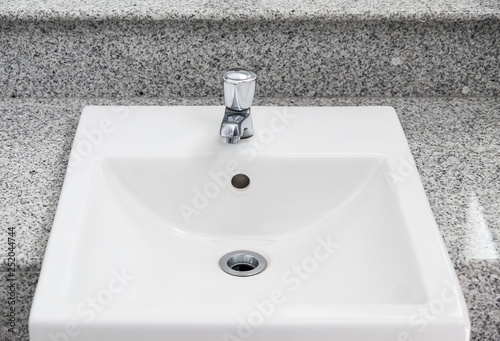 Fotografía  White sink basin on the marble counter.