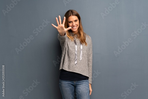 Blonde woman over grey background counting five with fingers Tableau sur Toile
