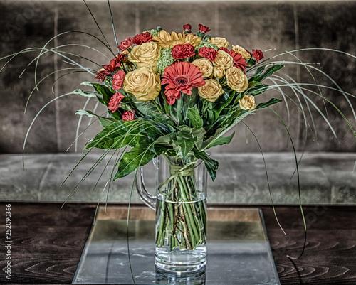 Fototapeta bukiet żółtych róż i czerwonych gerber i goździków obraz