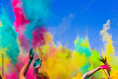Obraz crowd throws colored powder at holi festival - fototapety do salonu