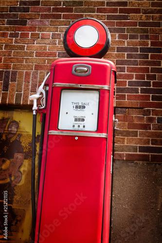 Obraz na plátne Old Texaco Gasoline Pump with brick wall behind the pump