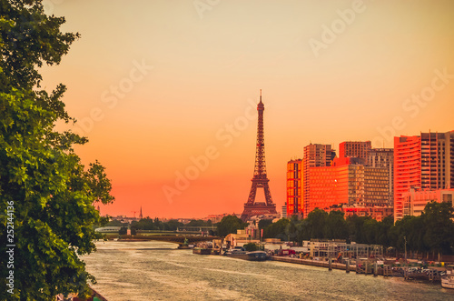 Photo  Sunset view of  Eiffel Tower and river Seine in Paris, France.