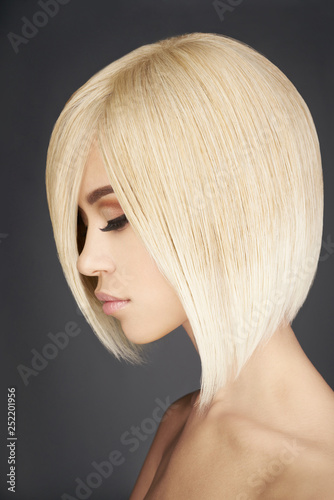 Foto Lovely asian woman with blonde short hair