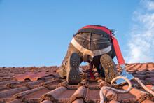 Arbeiter Am Dach Beim Austausch Defekter Dachziegel
