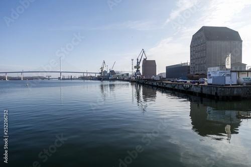 Foto auf AluDibond Stadt am Wasser Hafen Stralsund