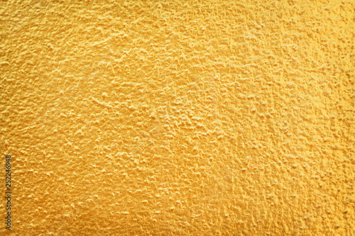 Fotografía  Gold paint on concrete wall in seamless rough patterns texture abstract for back