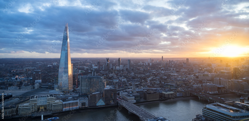 Fototapety, obrazy: looking at the London skyline at sunset