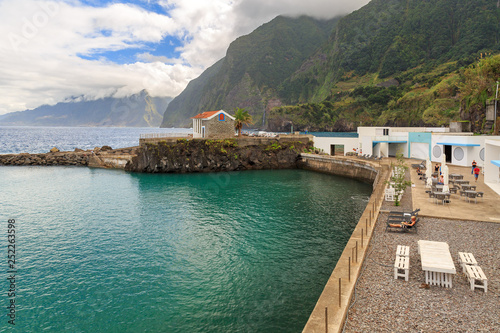 Foto  Beautiful landscape view of a natural swimming pool on the north coast of Madeir