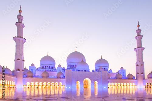 Staande foto Abu Dhabi ABU DHABI, UAE - FEBRUARY 2018: sheikh zayed grand mosque, Abu Dhabi, UAE