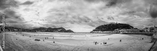 Photographie panoramica playa de la concha extra grande en  blanco y negro