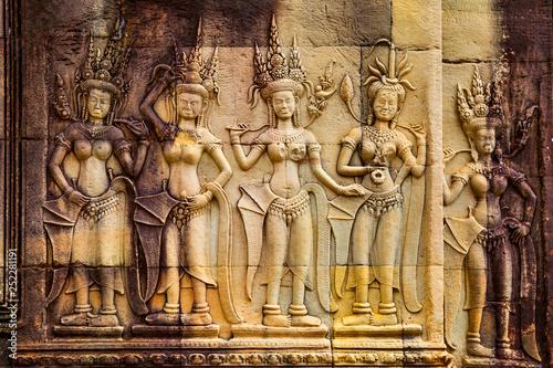 Carta da parati  Apsaras - ancient bas relief in Angkor Wat
