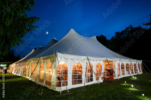 Foto A wedding tent at night with blue sky and the moon