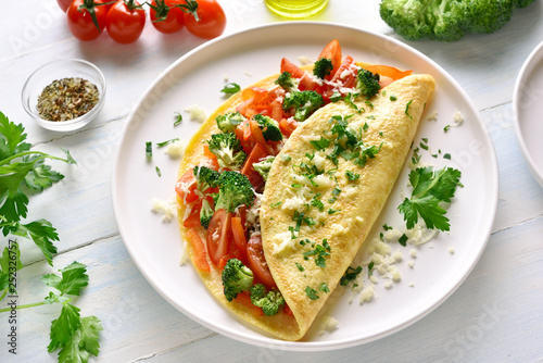 Pinturas sobre lienzo  Stuffed omelet with tomatoes, red bell pepper and broccoli