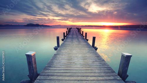 Steg zur Insel im See zum Sonnenaufgang