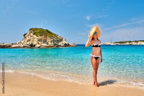 Kobieta w bikini na plaży