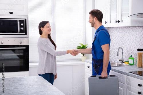 Plumber Shaking Hands With Woman Fototapete