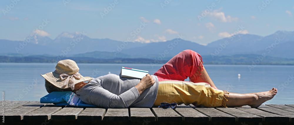 Fototapeta eingeschlafen beim Lesen in der Natur