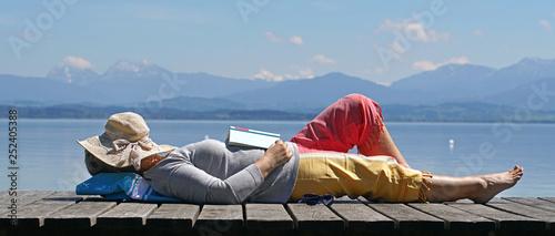 eingeschlafen beim Lesen in der Natur Obraz na płótnie
