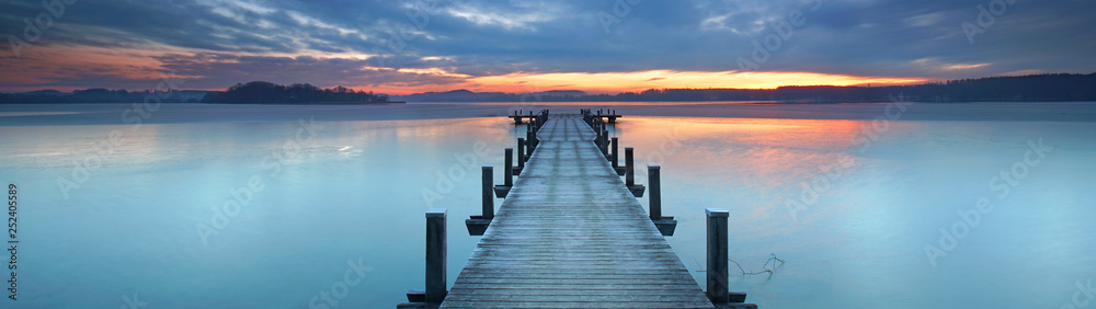 Fototapeta magisches Licht am alten Holzsteg am See