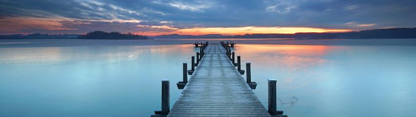 magisches Licht am alten Holzsteg am See