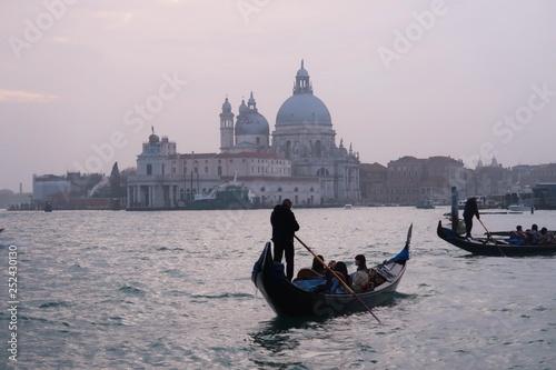 Türaufkleber Gondeln Venise, gondoles avec la basilique Santa Maria della Salute au loin (Italie)