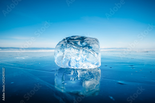 Photo  Close-up of natural breaking ice on frozen water in Lake Baikal, Siberia, Russia