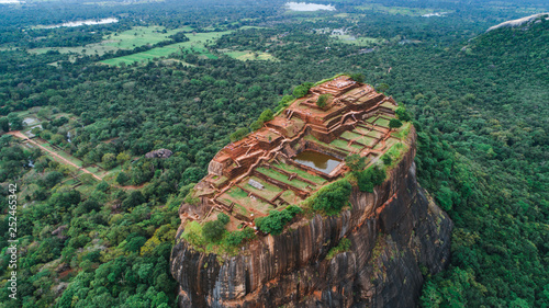 Fotomural Sigiriya Lion's Rock of Fortress in the middle of the forest in Sri Lanka island
