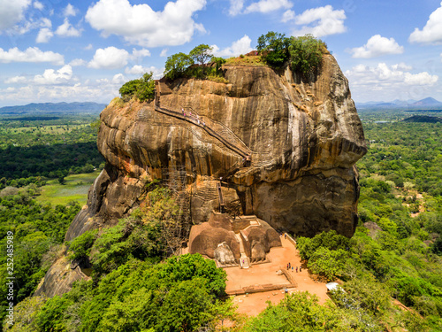 Foto Aerial view from above of Sigiriya or the Lion Rock, an ancient fortress and a palace with gardens, pools, and terraces atop of granite rock in Dambulla, Sri Lanka