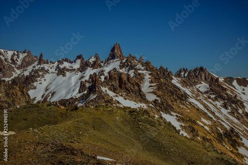 picos de montañas muy agudo y con restos de nieve Wallpaper Mural
