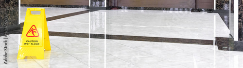 Fotomural  Marble shiny floor in a luxury hallway of company or hotel during cleaning
