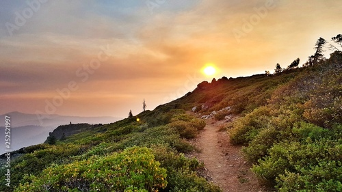 Photo Colorful sunrise on the pacific crest trail in southern california near Agua Dul