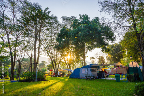 Montage in der Fensternische Camping Camping and tent in nature park with sunrise