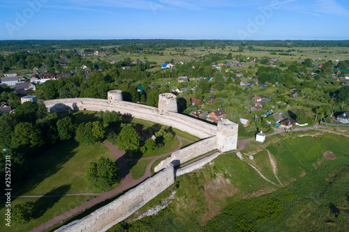 Fotografiet View of the towers of the Izborsk fortress on a sunny June day