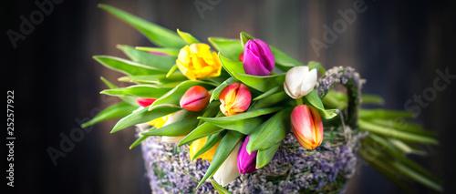 Valokuva  bunter Tulpenstrauß im Korb