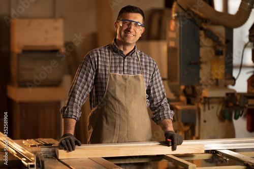 Rzemieślnik drewna w pracy